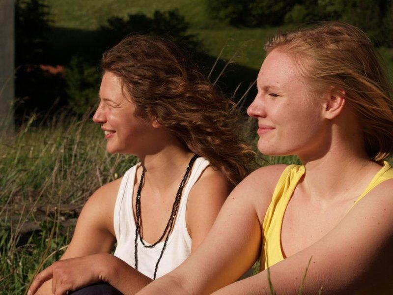 Von links: Kati (Anna Maria Sturm) und Jo (Rosalie Thomass) genießen ihre Reise. – Bild: BR/Meike Birck