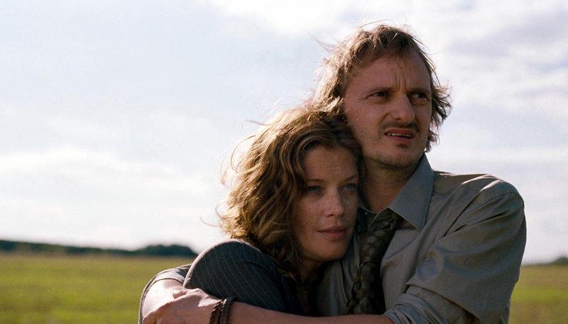 Hanna (Marie Bäumer) und Thomas (Milan Peschel) freuen sich über ihr neues Heim in der idyllischen Natur. – Bild: ARTE