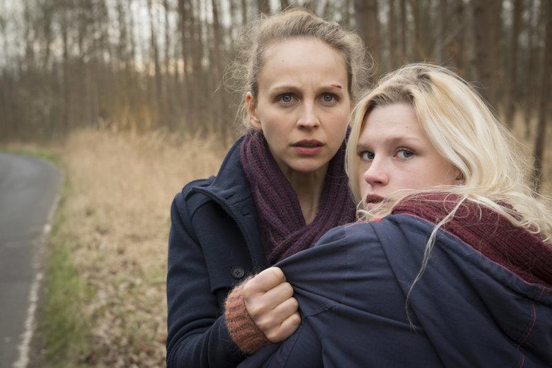 Helen (Petra Schmidt-Schaller) beobachtet Nicole Hohlbein (Sinje Irslinger) an der Unfallstelle von Moritz. Fast werden sie von einem Wagen erfasst. – Bild: ZDF und Martin Rottenkolber