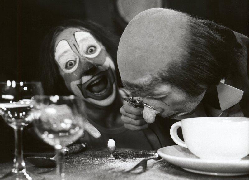 Kellner-Clown Umberto Troni freut sich, dass der Gast Stefano Manca sich über die Größe des Eies wundert. – Bild: BR/Foto Sessner