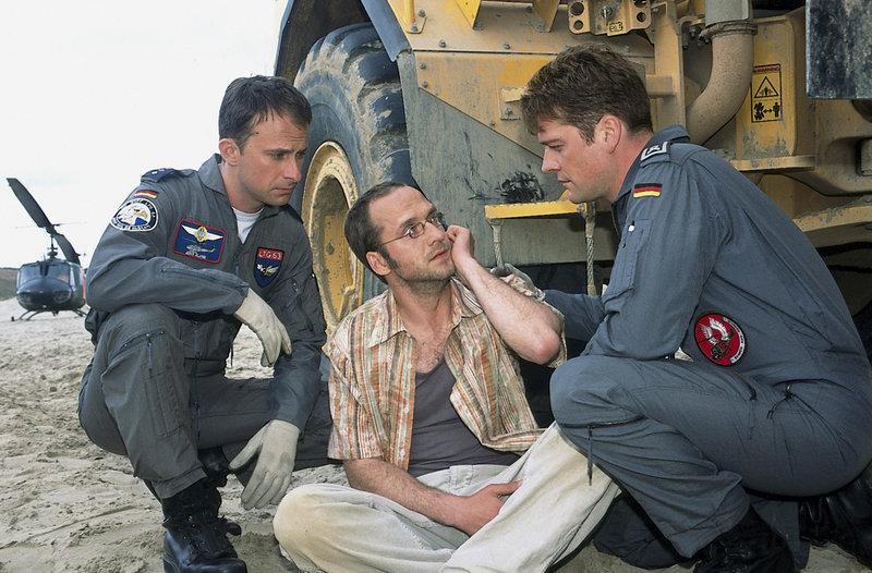 Der Fahrer des LKW's (Matthias Matz, M.) ist verzweifelt, hat er doch grade seine eigene Freundin angefahren. – Bild: ZDF und Boris Laewen
