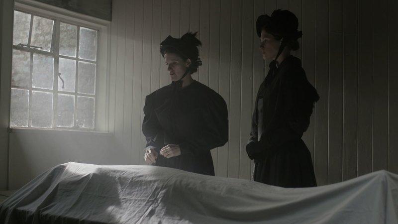 Die Schwägerin des Opfers, Clara Hogg, nimmt Mary Pearcey zur Identifizierung der Toten ins Leichenschauhaus mit. Das auffällige Verhalten von Mary Pearcey lenkt den Verdacht der Polizei auf sie. – Bild: ZDF und Cosmo Hildyard./Cosmo Hildyard