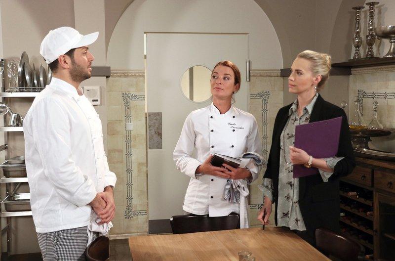 Cem (Varol Sahin, l.) versucht Carla (Maria Fuchs, M.) über Amelie (Lara-Isabelle Rentinck, r.) auszufragen – Bild: ARD/Stephan Persch