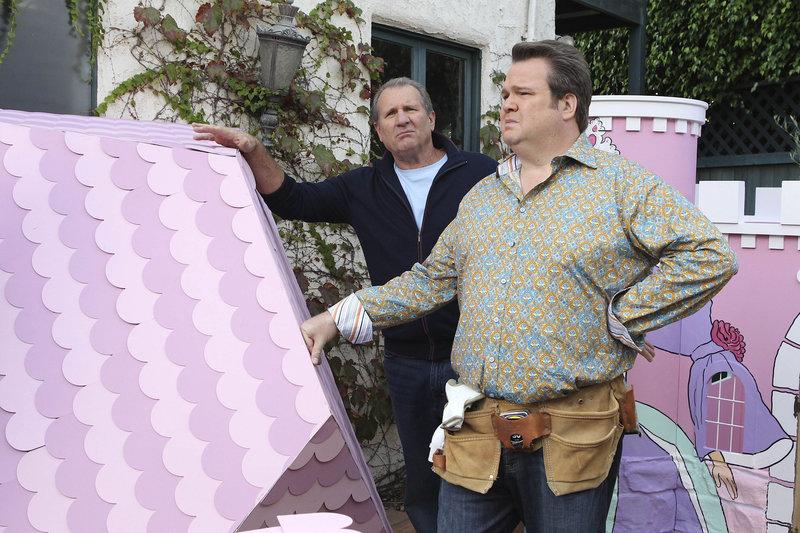 Jay (Ed O'Neill, l.) unterstützt Cameron (Eric Stonestreet) beim Bau eines Spiel-Schlosses für Mitchells und Camerons Prinzessin Lily. – Bild: MG RTL D / FOX