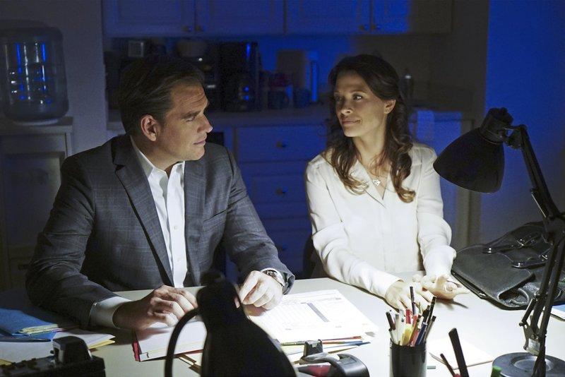 Tony (Michael Weatherly, l.) trifft erneut auf Jeanne Benoit (Scottie Thompson, r.), während er einem Hinweis über Ärzte im Sudan nachgeht ... – Bild: 13th Street