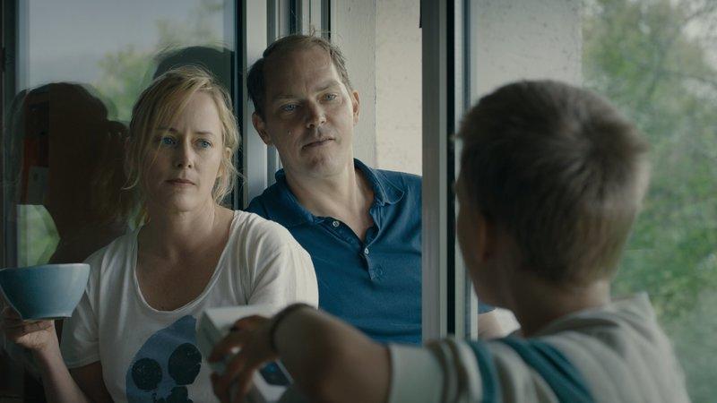 Jonas Mutter Eva (Silke Bodenbender) und ihr neuer Freund Robert (Godehard Giese, M.) wünschen sich, dass sich Jona (Finn-Henry Reyels, r.) im neuen Zuhause wohlfühlt. – Bild: ZDF und Jenny Lou Ziegel.