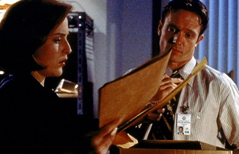Dana Scully (Gillian Anderson, l.) nimmt Einsicht in die Unterlagen zu dem Fall der Familie Sim. – Bild: TM + © 2000 Twentieth Century Fox Film Corporation. All Rights Reserved. Lizenzbild frei