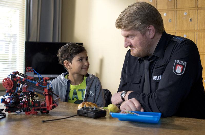 Hannes Krabbe (Marc Zwinz, r.) kümmert sich um den 10-jährige Hamid (Yamen Masoud, l.). Doch der Junge, der an einer Kreuzung Spielzeug verkaufte, sagt kein Wort. – Bild: ARD/Thorsten Jander
