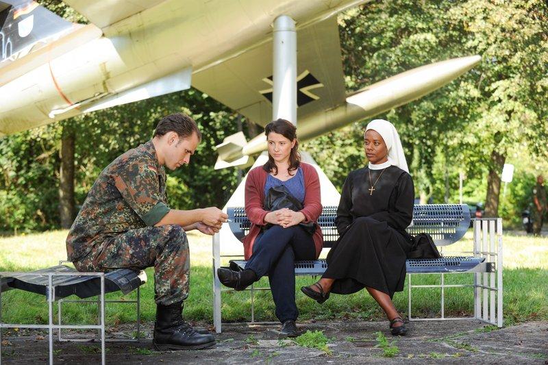 Schwester Lela und Claudia treffen sich mit Sascha Paulin. Durch das Gespräch mit ihm kann sich Claudia wieder an Sven erinnern (v.li.: Michael Schumacher, Mareike Lindenmeyer, Denise M'Baye). – Bild: One