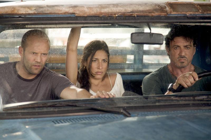 Jason Statham (Lee Christmas), Giselle Itié (Sandra), Sylvester Stallone (Barney 'The Schizo' Ross). – Bild: ORF