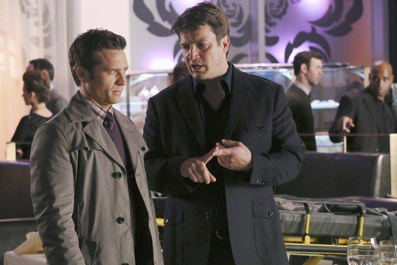 Richard Castle (Nathan Fillion, r.) ist eifersüchtig, weil Beckett einen Milliardär beschützen muss, der sofort anfängt mit ihr zu flirten. Er klagt Kevin Ryan (Seamus Dever, l.) sein Leid ... – Bild: ABC Studios Lizenzbild frei