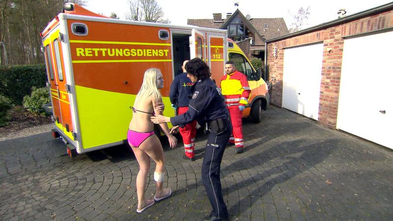 PHK Sandra Fröhlich (re.) mit einem der Opfer – Bild: RTL II