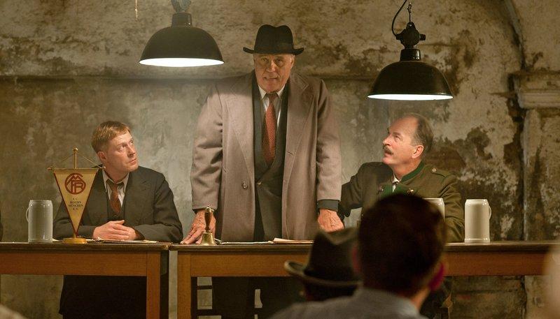 Conny Heidkamp (Andreas Lust), Kurt Landauer (Josef Bierbichler) und Siggi Hermann (Herbert Knaup) – Bild: ZDF und WDR/BR/Zeitsprung Pictures/Willi Weber