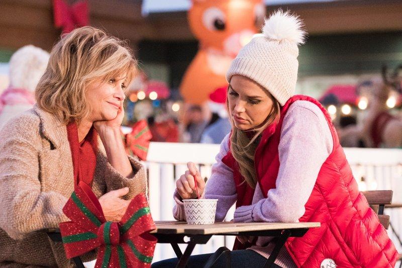 Anna (Markie Post, l.) hofft, dass ihre Tochter Chloe (Arielle Kebbel) endlich ihre große Liebe trifft. – Bild: MG RTL D / © A+E Networks