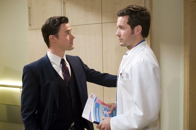 Ralf Borowski (Martin Kaps, l.) warnt seinen Freund Dr. Stefan Jung (Jan Hartmann, r.) davor Privates und Berufliches zu verstricken. – Bild: ORF 2