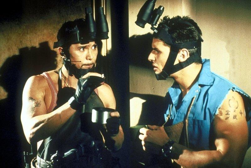 Als die Situation brenzlig wird, kann Cisco (Lou Diamond Phillips, l.) Mel (Mark Wahlberg, r.) überreden, das entführte Mädchen in seinem Haus aufzunehmen ... – Bild: Columbia Pictures Lizenzbild frei