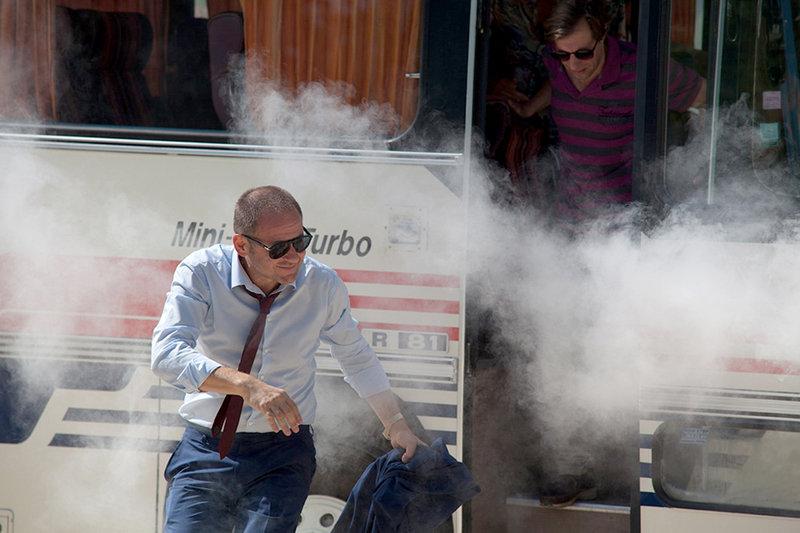 Viktor (Samuel Finzi) weiß noch nicht, was ihn erwartet, als er aus dem Bus direkt in Wolfis Rock-'n'-Roll-Show stolpert -– Feuerwerk inklusive. – Bild: SR / © Carolina Rihs/Port au Prince Pictures