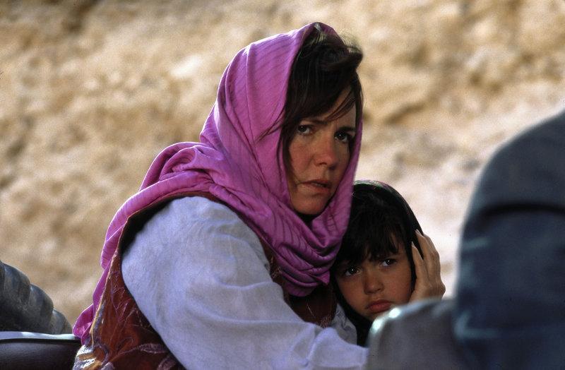 Die Lage für Betty Mahmoody (Sally Field, l.) ist hoffnungslos: Als Frau besitzt sie im Iran keinerlei Rechte. So gibt es keine Aussicht auf eine Rückkehr in die U.S.A. - es sei denn, sie ließe ihre Tochter Mahtob (Sheila Rosenthal, r.) in Persien zurück ? – Bild: Tele 5