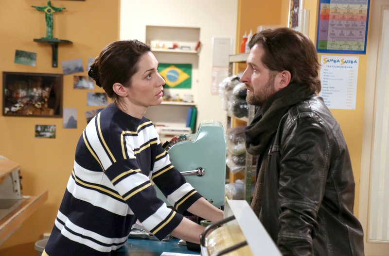 Martin (Christoph Brüggemann, r.) ist getroffen, als Eliane (Samantha Viana, l.) ihm klar macht, dass sie ihre Beziehung nicht vertiefen möchte. – Bild: ARD/Stephan Persch