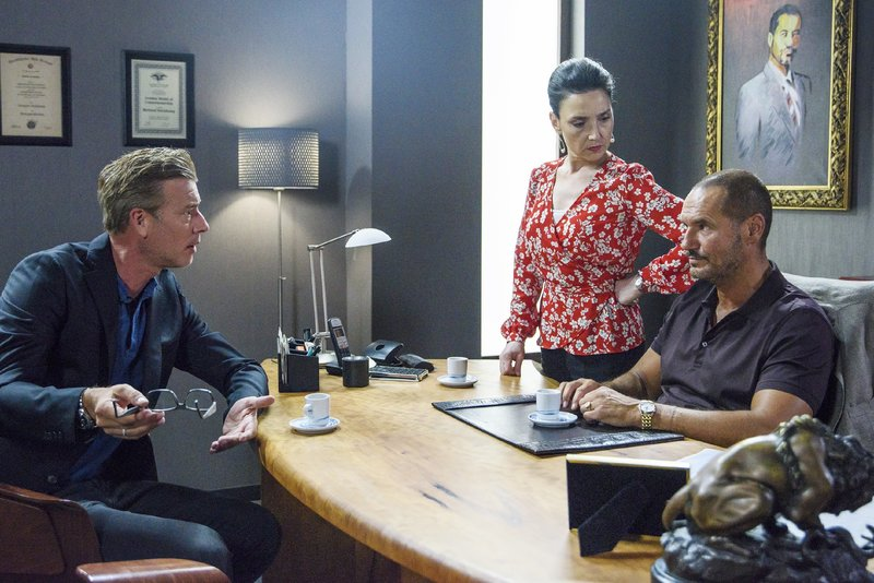 Simone (Tatjana Clasing) spricht mit Christoph (Lars Korten, l.) und Richard (Silvan Pierre Leirich) über die Zukunft des Zentrums. – Bild: TVNOW / Julia Feldhagen