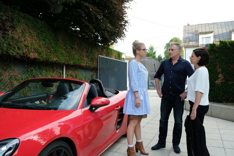 L-R: Vanessa (Hilde Dalik), Hadrian Melzer (Bernhard Schir), Caroline Melzer (Martina Ebm). – Bild: Petro Deomenigg / ORF / MR Film