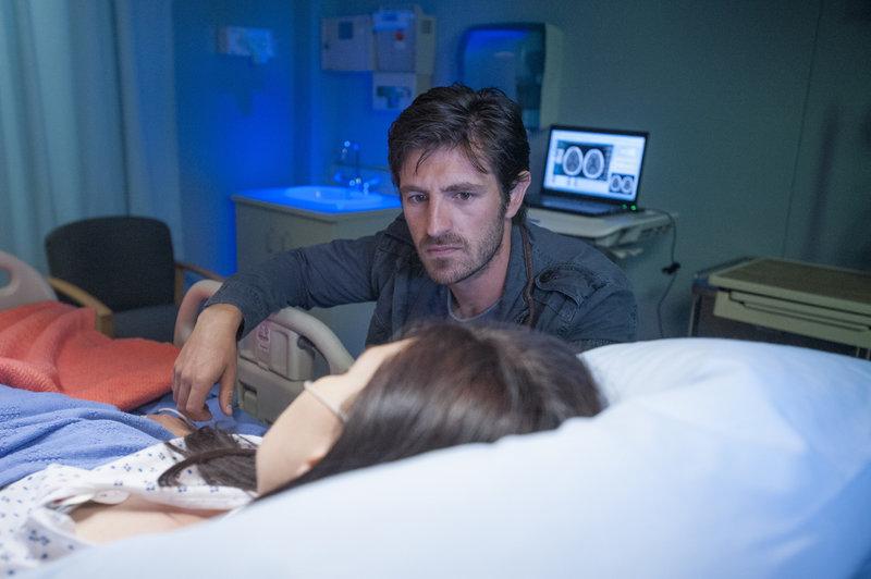 Jordan (Jill Flint) liegt nach ihrem Schlaganfall im Koma und TC (Eoin Macken), macht sich schwere Vorwürfe. Als sie erneut operiert werden muss, ist auch das Baby in Gefahr... – Bild: MG RTL D / Sony Television Inc.