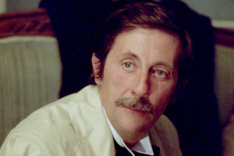 """Edouard Choiseul (Jean Rochefort) ist ein berühmter Klavierspieler in Paris. – Bild: ARTE France Honorarfreie Verwendung nur im Zusammenhang mit genannter Sendung und bei folgender Nennung """"Bild: Sendeanstalt/Copyright"""". Andere Verwendungen nur nach vorheriger Absprache: ARTE-Bildreda"""
