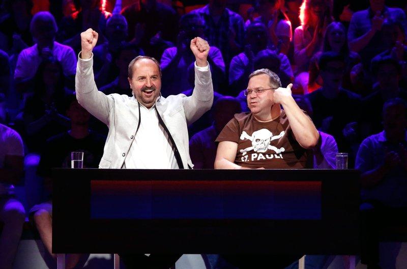 Rateteam-Kapitän Elton (r.) und der TV-Koch Johann Lafer (l.) bilden ein Rateteam. – Bild: ARD/Morris Mac Matzen