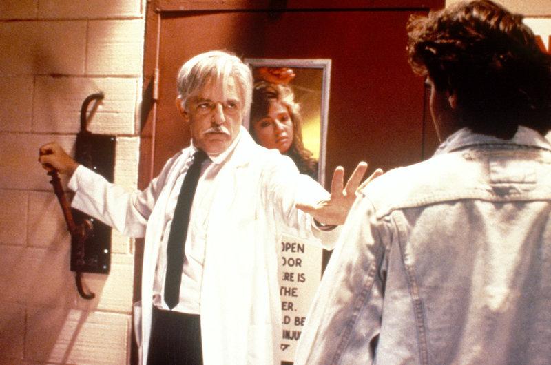 Der verrückte Professor Gangrene (John Astin) hält Chads Freundin Tara (Karen M. Waldron) gefangen. Gerade als Chads bester Freund Matt (George Clooney) sie retten will, klingelt das Telefon und Professor Gangrene befindet sich live in einer Game-Show. – Bild: ARD / © Winkler Film