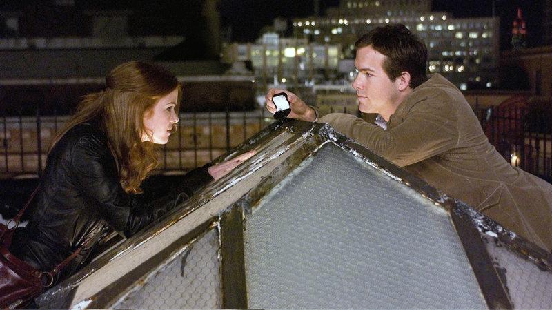 April (Isla Fisher) und Will (Ryan Reynolds) auf dem Dach – Bild: RTL Zwei