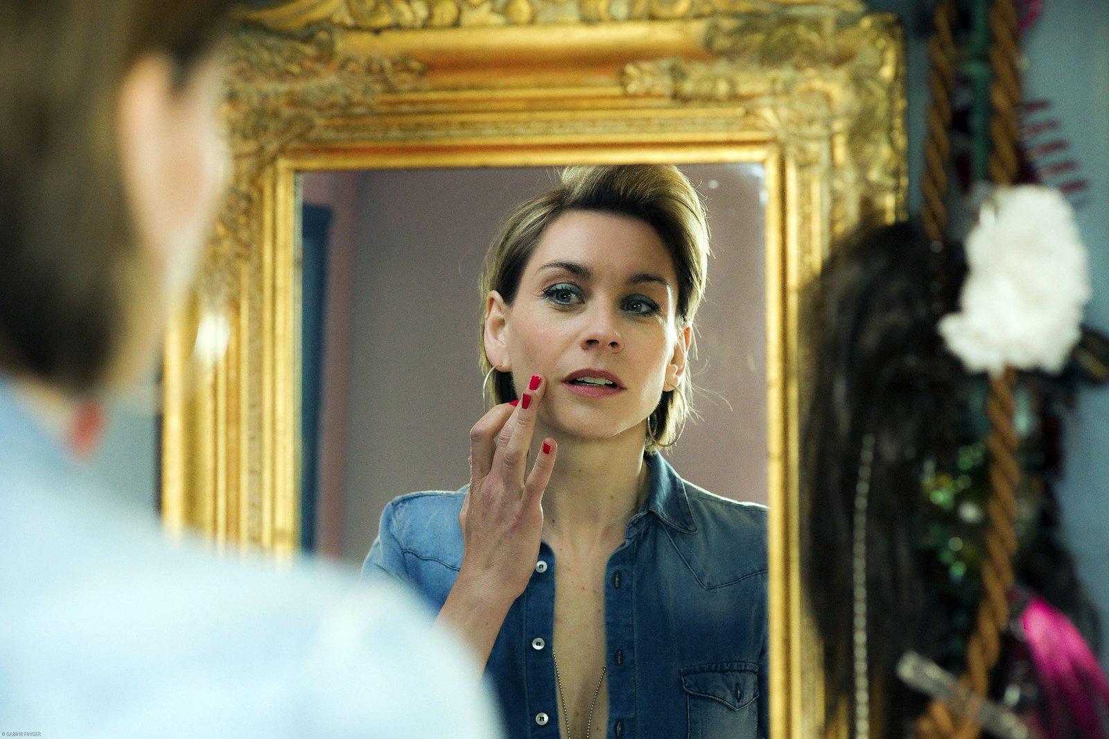 Mutter Loretta (Christiane Paul) betrachtet sich im Spiegel. – Bild: MDR/Sabine Finger