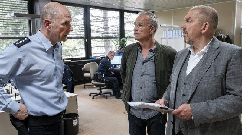 Bernd Schäfer (Götz Schubert, l.) war der Vorgesetzte des getöteten Polizisten, die Kommissare Freddy Schenk (Dietmar Bär, rechts) und Max Ballauf (Klaus J. Behrendt, 2.v.r.) müssen auch in der Dienststelle ermitteln. – Bild: WDR/Thomas Kost