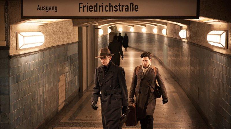 Andreas Schmidt als Hans Winkler und Aaron Altaras als Eugen Friede am Bahnhof Friedrichstraße. – Bild: NDR/Tobis Film GmbH