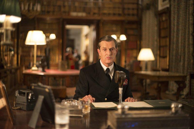 Der König, George VI. (Rupert Everett), spricht über Radio in der Nacht des Waffenstillstands in Europa zu seinem Volk. – Bild: ZDF und Nick Wall.