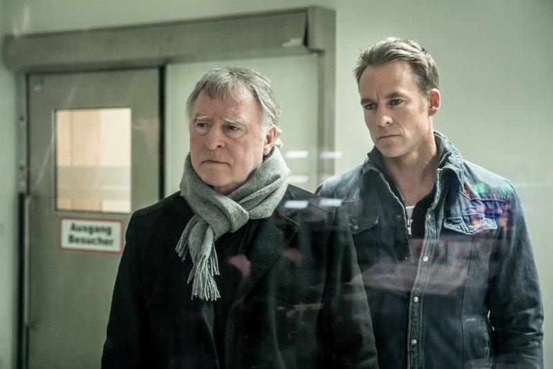 Hajo Trautzschke (Andreas Schmidt-Schaller, l.) und Jan Maybach (Marco Girnth, r.). – Bild: ZDF und Uwe Frauendorf