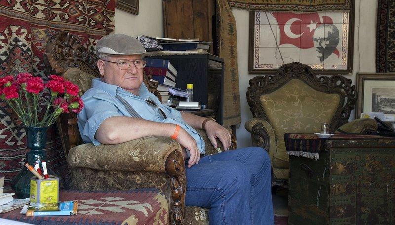Paul Krüger (Horst Krause) ist in die Türkei gereist, um seiner Enkelin Annie die Hochzeit mit Deniz aus Ankara auszureden. – Bild: ARD Degeto/Anil Cizmecioglu