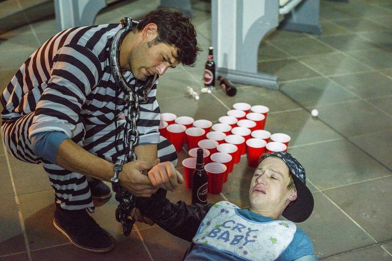 Sven (Michael Raphael Klein, l.) und Kevin (Vincent Krüger) spielen Bierpong in der Kirche. Dabei bricht sich Kevin den Arm. – Bild: TVNOW / Julia Feldhagen