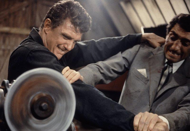 Jim (Robert Stack) im Zweikampf mit einem Killer (Carlo Nell), der ihn im Auftrag einer Gangsterbande beseitigen soll. – Bild: BR/ARD Degeto