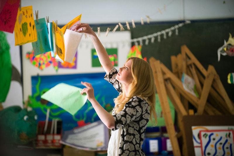 Die alleinerziehende Mutter Laura (Emma Booth) hilft in der Klasse von Artie, deshalb hält sie Joe für eine Lehrerin. – Bild: ARTE France / © Miramax Films/Matt Nettheim