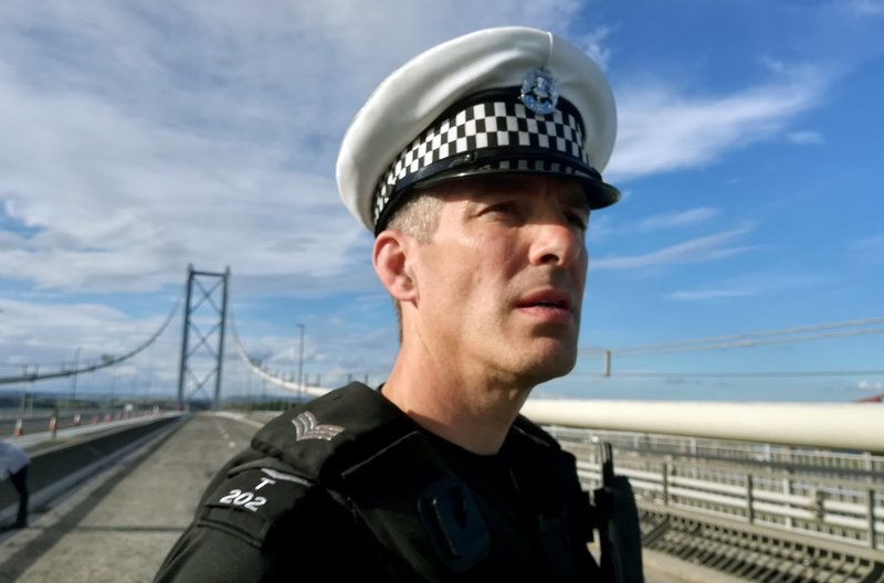 Sergeant Peter Houston auf der Forth Road Bridge – Bild: Friederike Schlumbom / Sergeant Peter Houston auf der Forth Road Bridge