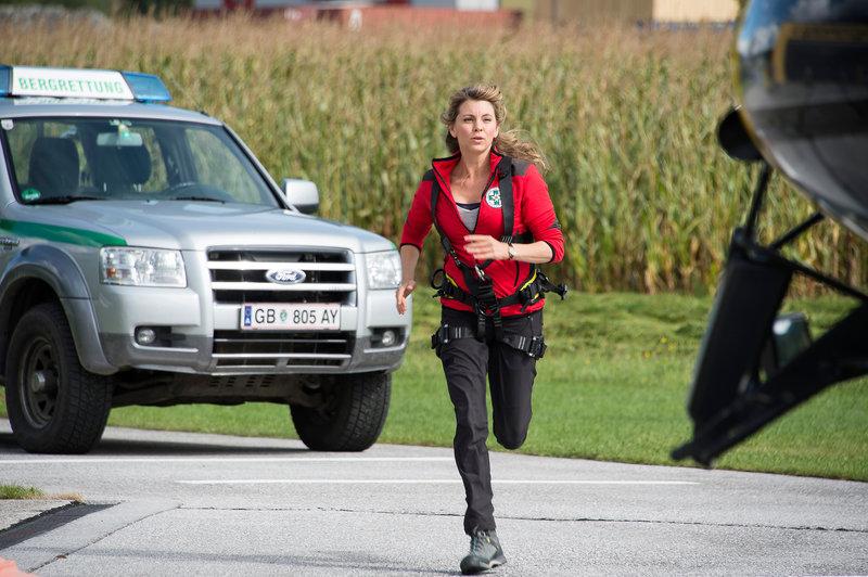 Katharina (Luise Bähr) eilt zum Heliport - Einsatz für die Bergretter. – Bild: ZDF und Thomas R. Schumann