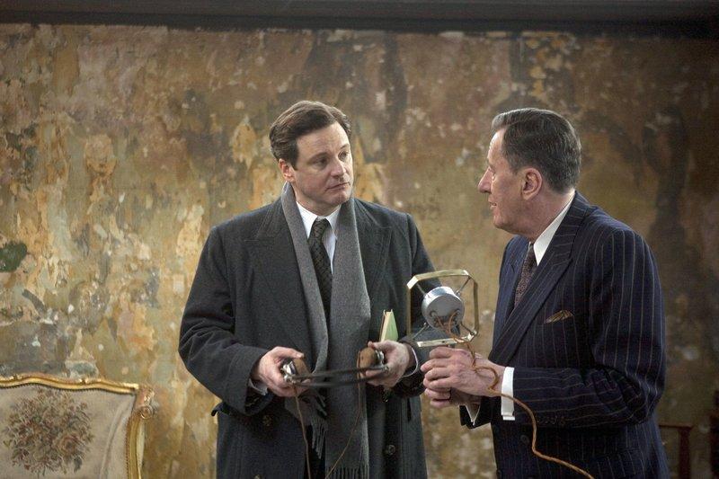 Der unkonventionelle Sprachtherapeut Lionel (Geoffrey Rush, re.) will Albert (Colin Firth) dabei helfen, seine quälende Sprechstörung zu überwinden. – Bild: ARD Degeto/Weinstein Company