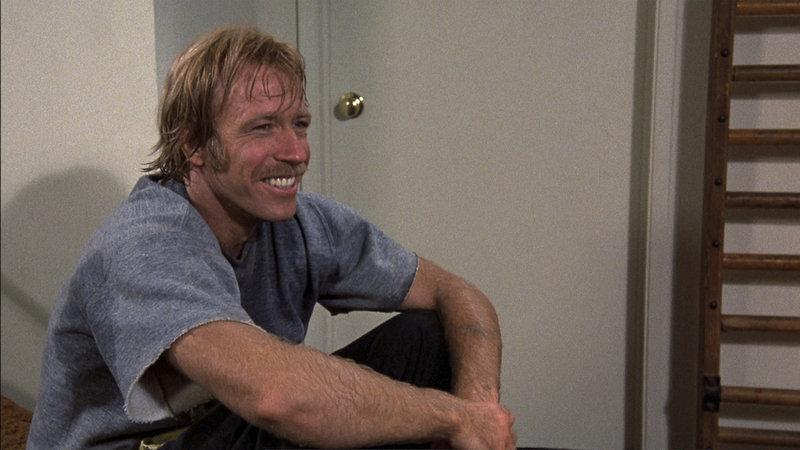"""Ein Karatekiller tötet die Drogenfahnder von Santa Madre mit bloßen Fäusten. Polizistin Mandy (Jennifer O'Neill) holt den Karatechamp Matt (Chuck Norris) ins Boot. Als der """"Bulldozer"""" auf Dealer- und Killerjagd geht, staunt er Bauklötze: Der Mörder ist kein Unbekannter. Chuck Norris – Bild: SIMS"""