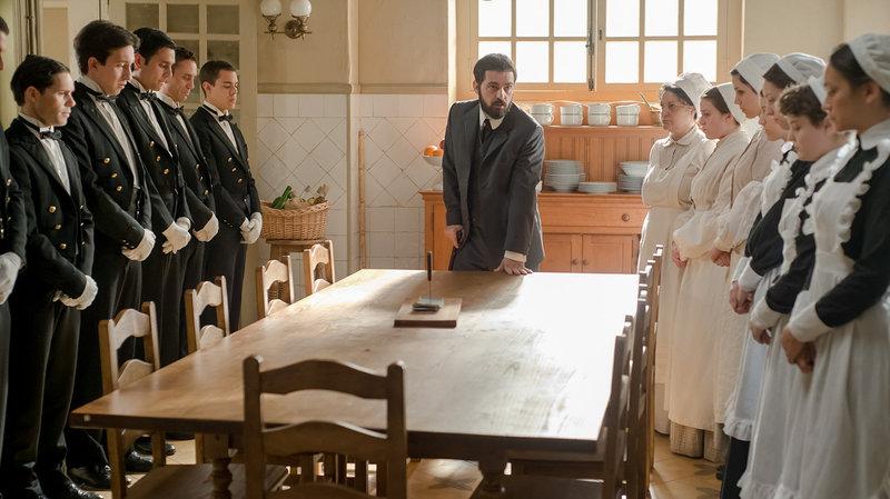 Diego (Pedro Alonso, mi.) will von den Angestellten eine Aussage zum Liebhaber seiner Frau erzwingen. – Bild: One