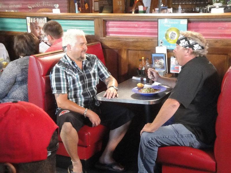 """(16. Staffel) - In """"American Food Trip - mit Guy Fieri"""" macht sich Moderator und Koch Guy Fieri (l.) auf die Suche nach kulinarischen Highlights in den Vereinigten Staaten ... – Bild: ProSieben MAXX"""