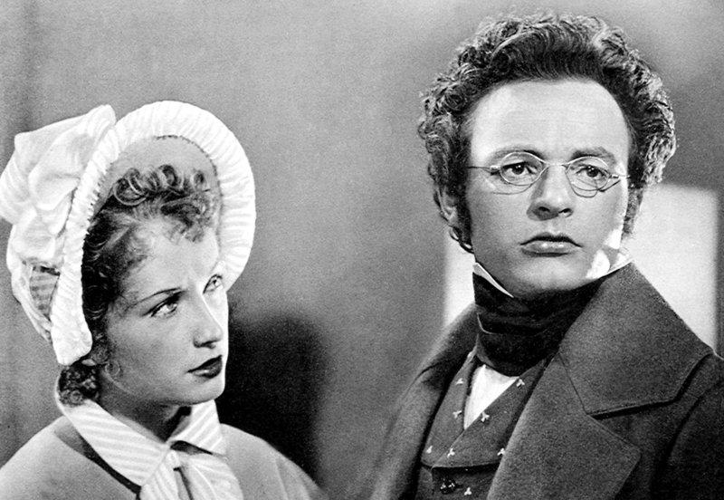 Therese Grob (Aglaja Schmid) und Franz Schubert (Heinrich Schweiger) verbindet eine innige Beziehung. – Bild: ORF