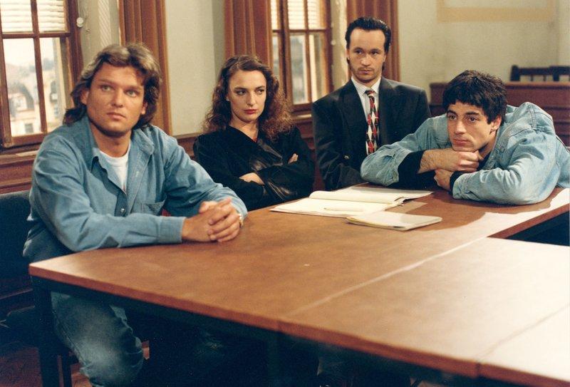 Von links: der Angeklagte Jürgen Brandt (Ernst Hannawald), Rechtsanwältin Ulli Mayrhofer (Evelyn Plank), die Angeklagten Hans Karner (Christian Lerch) und Georg Wand (Thomas Darchinger). – Bild: Bayerisches Fernsehen