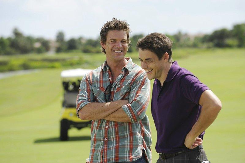 Als ein ehemaliger Caddy auf einem exklusiven Golfplatz ermordet aufgefunden wird, führen die Ermittlungen Jim Longworth (Matt Passmore, li.) zunächst zu dem reichen Profi-Golfer Scott Winters (John Simeon Sloan). – Bild: MG RTL D
