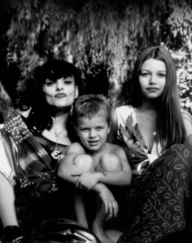 Nina Hagen mit Tochter Cosma und Sohn Otis. – Bild: ORF