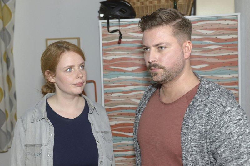 John (Felix von Jascheroff) erklärt Toni (Olivia Marei), dass er Erik nicht in der WG treffen möchte. – Bild: RTL Passion